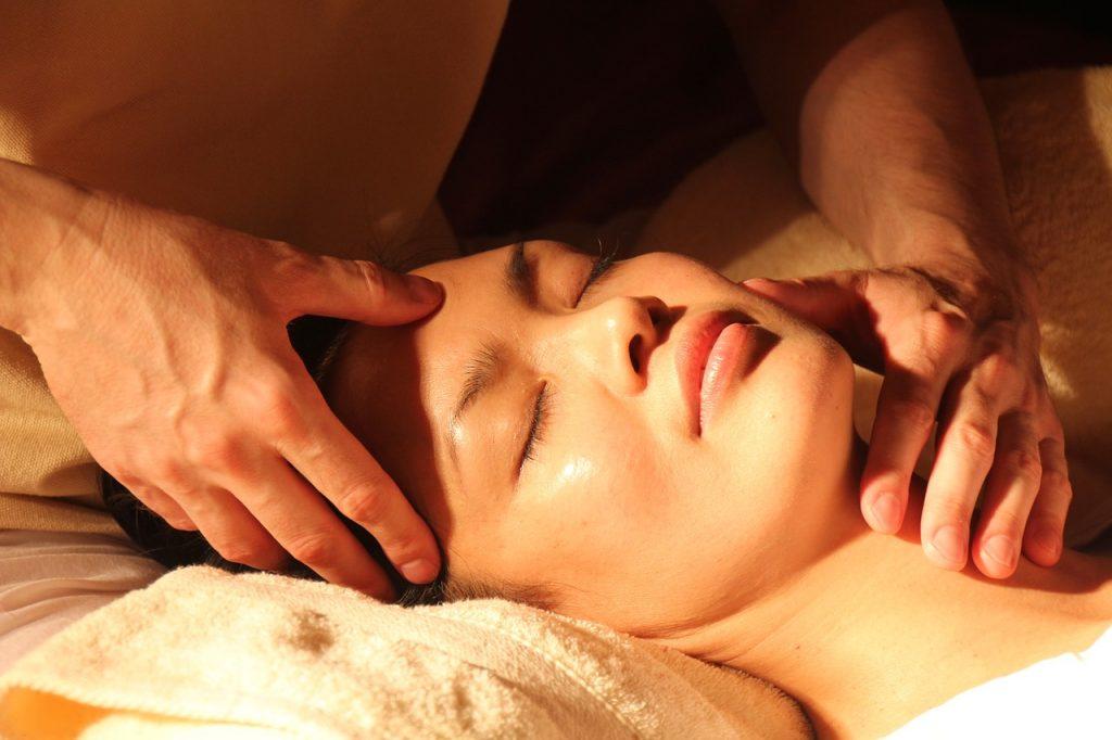 肌のたるみは頭皮マッサージで解決